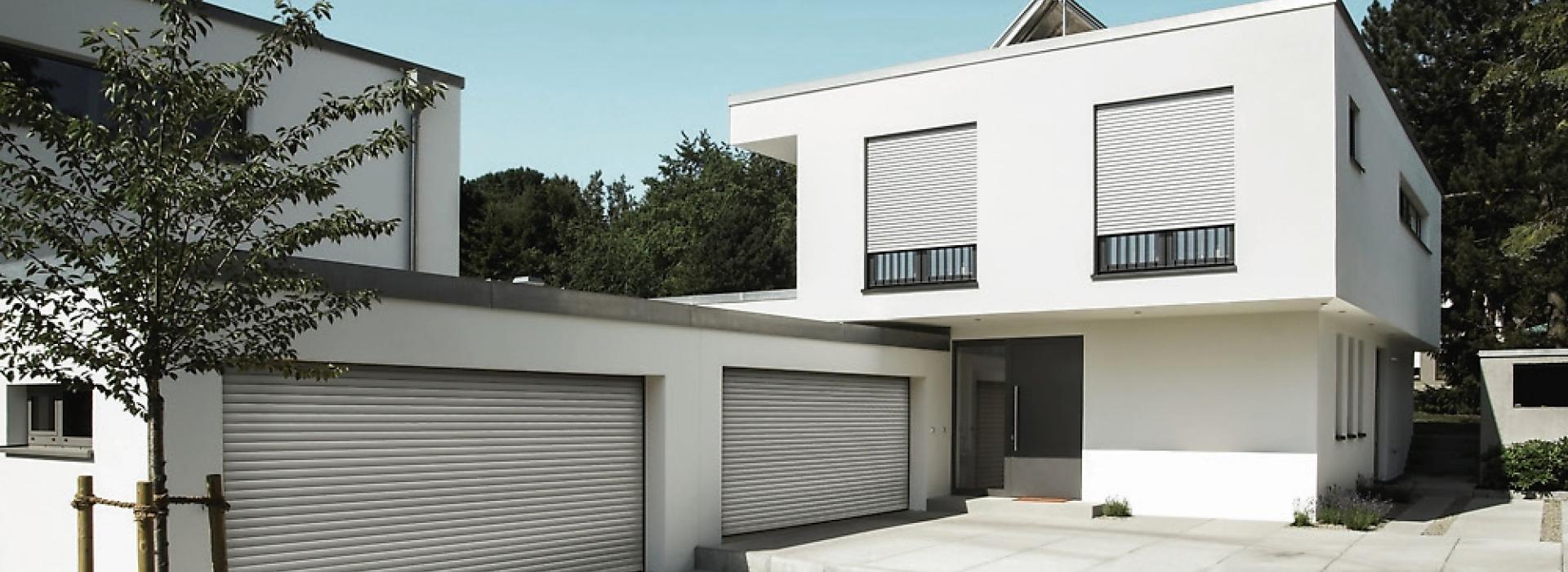 Haus bei Tag mit zwei Doppelgaragen